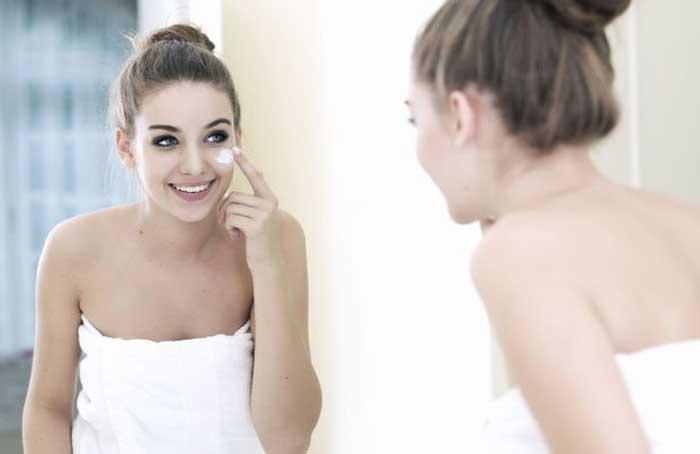 Woman_Applying_Makeup_-_Shutterstock.jpg