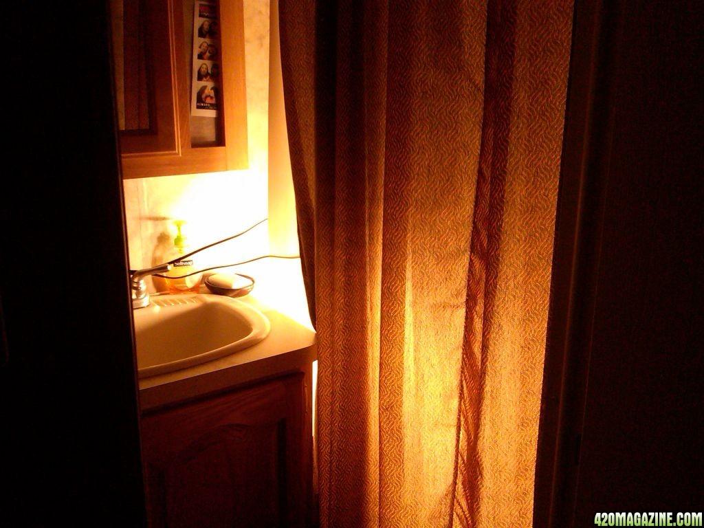 pic_of_bathroom_w_lites_on.jpg